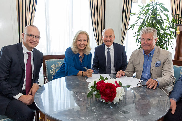Contract signing for the acquisition of STS Group by the Dussmann Group, Berlin, May 17, 2019: Stephan Possekel, Managing Director DTS, Catherine von Fürstenberg-Dussmann, Chairwoman of the Board of Trustees of Dussmann Group; Dr. Wolfgang Häfele, Speak